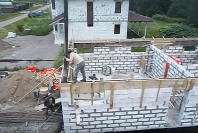 Продолжается строительство дома в п. Ленинское